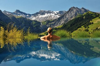cambrian-infinity-pool-view-swiss-alps-adelboden-switzerland